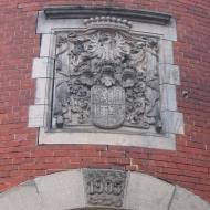 brynek-palac-brama-emblemat