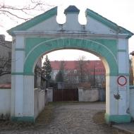 czarnowasy-klasztor-norbertanek-brama