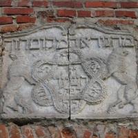 krzepice-ruiny-synagogi-plaskorzezba-nad-wejsciem.jpg