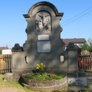 laskowice-kosciol-drewniany-pomnik-poleglych-2