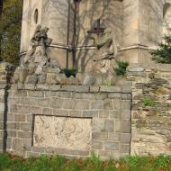 niedzwiedz-kosciol-pomnik.jpg