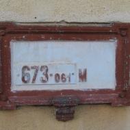 zwardon-dworzec-tabliczka-z-wysokoscia.jpg