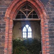 maslow-ruiny-kaplicy-cmentarnej-okno-1