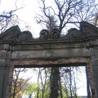 sieroszow-ruiny-palacu-brama.jpg