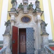trzebnica-klasztor-portal-przy-bazylice-1